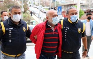 Antalya'da Eşini Öldüren Erkek Adliyede 'Adamsın,...