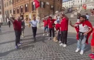 Bakan Kasapoğlu, İtalya'da taraftarlarla milli maç...