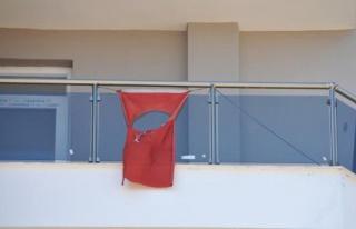 Balkondaki ay ve yıldızı kesilmiş bayrağı itfaiye...