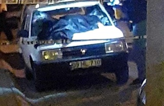 Balkondan yoldaki aracın üstüne düşen adam hayatını...