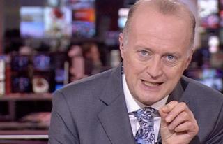 BBC spikerinin politika haberlerini şortla sunması...