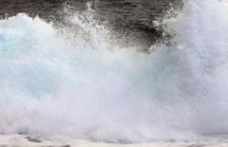 Boyu 4 metreye kadar ulaşan dev dalgaların dövdüğü...