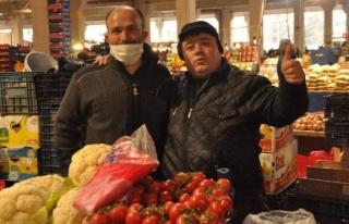 Corona virüsü gölgesinde pazar alışverişi