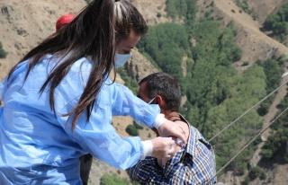 Erzincan'ın sarp dağlarını aşan sağlıkçılar...