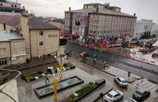 Erzurum, aniden bastıran yağmurla sele teslim oldu