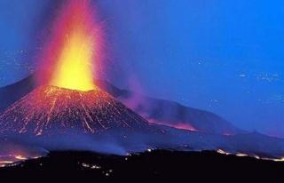 Etna Yanardağı'nda şiddetli patlama! Bölgeye taş...