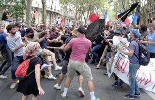 Fransa'da aşı karşıtları sokaklara döküldü...