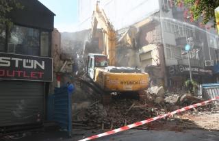 Gölcük depreminde ağır hasar gören bina 22 yıl...