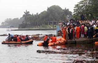 Hindistan'da dini etkinlikte tekne devrildi: 11 ölü