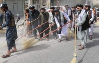 Hükümeti kuran Taliban'ın ilk icraatı süpürgeleri...