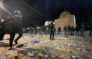 İsrail Polisinden Mescid-i Aksa'da Namaz Kılan...