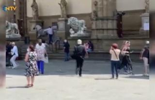 İtalya'da Tarihi Turistik Meydanı Birbirine Katan...