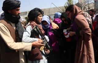 Kabil'de Protesto Düzenleyen Kadınlar Taliban Militanlarıyla...