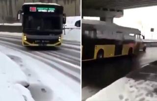 Karlı Yolda Kayan Otobüsü Mükemmel Bir Şekilde...