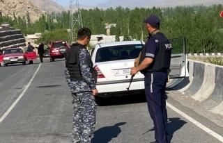 Kırgızistan ile Tacikistan sınırındaki taşlı...