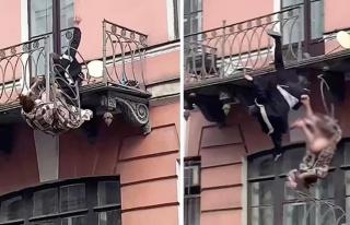 Korkuluk kırıldı, kavga eden çift balkondan düştü!...