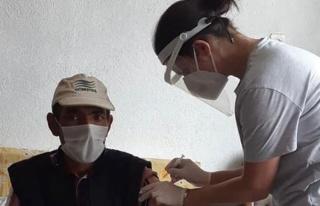 Köylerde mobil ekiplerle Covid-19 aşısı yapılıyor