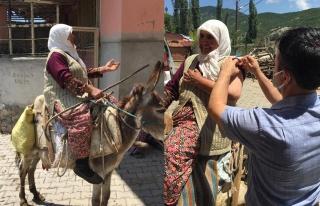 Köylü kadından aşı ekiplerine eşek sırtında...