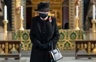 Kraliçe Elizabeth İlk Kez Halk İçinde Maskeli...