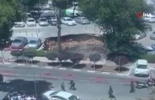 Kudüs'te Yer Yarıldı, Otoparktaki Arabalar İçine...
