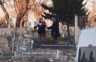 Mezarlıkta İlginç Olay: Önce Dua Etti Sonra Keman...