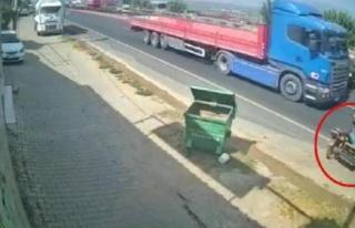 Motosikletin önce konteynere, ardından TIR'a çarptığı...