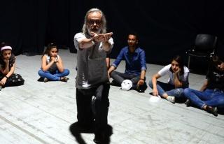 On Yıldır İl İl Gezip Gençlere Tiyatroyu Anlatıyor:...
