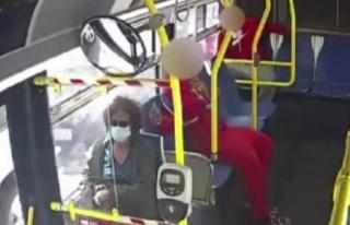 Otobüste seyahat eden genç, yaşlı kadının saçlarını...