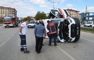 Otomobil ile çarpışan ambulans devrildi: 3 yaralı