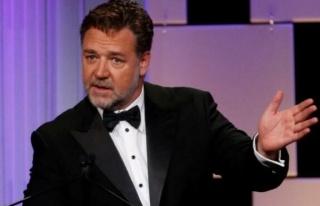 Russell Crowe, aşı olmak için 7.000 Avustralyalı...