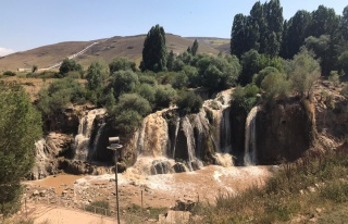 Sağanak yağış sonrası Muradiye Şelalesi coştu