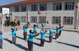 Şalvarlı kadınlar hayatlarında ilk kez basketbol...