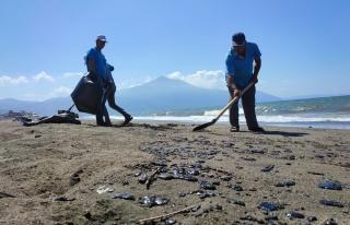 Samandağ sahilinde petrol atıkları temizleniyor