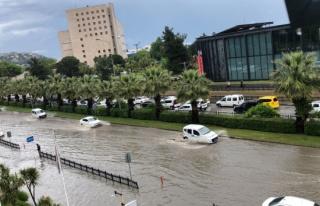 Samsun'da sağanak: Bazı caddeler göle döndü