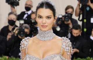 Şeffaf ve mücevherli! Kendall Jenner, Met Gala'da...