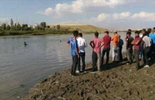 Serinlemek İçin Murat Nehri'ne Girdiler: Üç Çocuk...