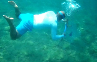 Su altındaki atıkları pet şişelerle taşıyıp...