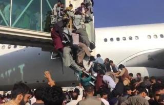 Taliban'dan kaçan yüzlerce Afgan, uçağa binebilmek...