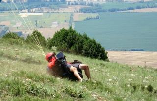 Tokat'ta yamaç paraşütçü kalkış yaparken...