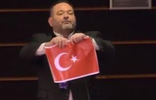 Türk bayrağını yırtan hadsiz Yunan vekil Ioannis...