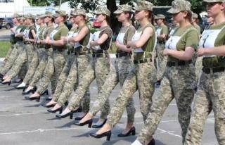 Ukrayna'da geçit töreni provasında kadın askerlere...