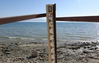 Van Gölü'nde su çekilince ölçü direği karada...
