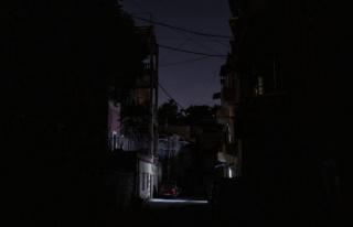 Yakıt krizi nedeniyle karanlığa gömülen Lübnan'da...