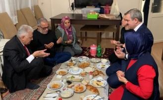 Binali Yıldırım'ın Yemek Masası Varken Yer Sofrasında İftar Yapması Sosyal Medyanın Gündeminde