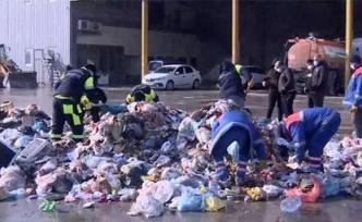 İstanbul'da İlginç Manzara! Temizlik İşçileri Çöplerin Arasında Vatandaşın Kaybettiği Altınları Arıyor