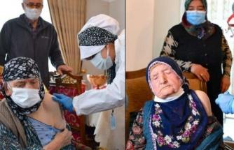 116 yaşında iki kadına, corona aşısı yapıldı