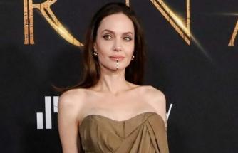 Angelina Jolie, çenesine taktığı mücevher ile olay oldu