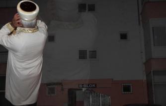 Antalya'da Bir Apartmanda Teravih Namazı Uygulaması: İmamın Sesini Duymak İçin Kapıları Açık Bıraktılar