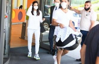 Arda Turan, doğum yapan eşini hastaneden çıkardı