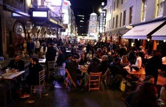 Başarılı Aşılama Programı Sonrası İngiltere'de Barlar Yeniden Açıldı, Binlerce Kişi Sokaklarda Eğlendi